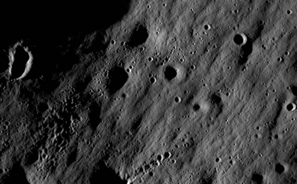 12. 18 июня 2009 года NASA запустила два корабля на луну, чтобы исследовать ее поверхность во всех деталях, разведать наиболее подходящие для высадки места и запустить зонд в затемненный кратер в надежде раз и навсегда разрешить споры по поводу того, есть ли в этих регионах ледниковая вода. Лунный орбитальный зонд NASA (LRO) будет обходить оба полюса луны  в течение года, а его миссия может послужить для будущих высадок на луну. Это один из первых снимков, высланных с корабля. «Младший брат» LRO – зонд LCROSS – должен добраться до южного полюса луны в октябре. (NASA / GSFC / ASU)