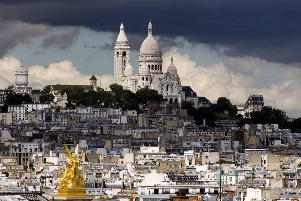 24) К небесам: Католическая церковь Сакре-Кёр (Святого сердца) на самой высокой точке Парижа – холме Монмартр. С вершины купола открывается отличный вид – 82,60 м над холмом Монмартр; это вторая самая высокая точка после Эйфелевой башни. (Benoit Tessier/Reuters)