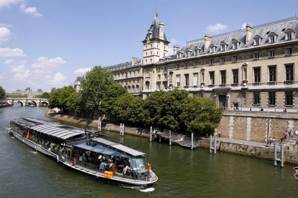 23) Виды с реки Сена: Туристический речной трамвайчик проплывает мимо здания суда в Париже. Подобные туристический речные прогулки – отличный способ увидеть Париж с Сены. (Benoit Tessier/Reuters)