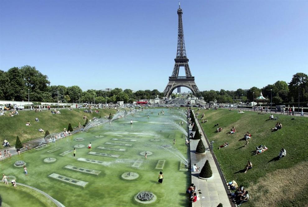 21) Охлаждаясь: Туристы мочат ноги в бассейне площади Трокадеро - в царстве музеев и садов. (Gabriel Bouys/AFP - Getty Images)