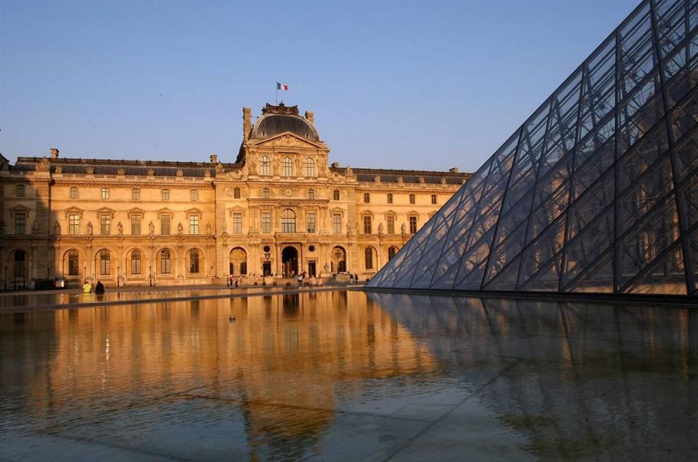 20) Музей шедевров: Первоначально Лувр был королевской крепостью, с 1793 года он открыт для всех; сейчас это величайший музей изобразительного искусства в мире, содержащий 35 000 произведений древнего и западного искусства, располагающихся на 60 000 кв.метрах выставочного пространства. Более 6 миллионов посетителей приезжают в Лувр каждый год. (Mike Hewitt/Getty Images)
