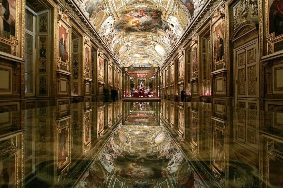 19) Сердце Лувра: Утонченный потолок галереи Апполо в Парижском Лувре отражается в витрине на переднем плане. Построенная в 1661 году, галерея была закончена только к 1851-му. В целом, над декорациями работало около 20 художников. Галерея Апполо содержит экспонаты французского искусства возрастом более двух веков и является домом для таких чудес, как Французские коронные украшения, включая знаменитые бриллианты Régent (140 карат) и Sancy (53 карата), а также рубин Côte de Bretagne (105 карат). (Joel Robine/AFP - Getty Images)