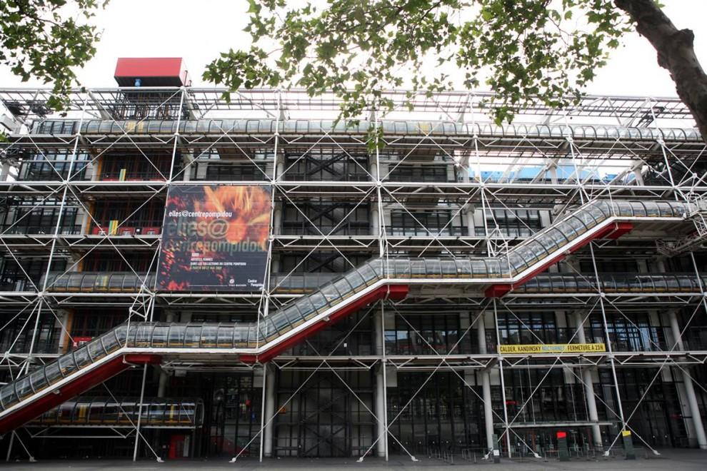 18) Современное искусство: Вид Центра Помпиду в Париже. Его «заводской» стиль 1977 года контрастирует с окружающими зданиями самого старого района Парижа недалеко от собора Нотр-Дамм. Музей состоит из общественной библиотеки и французского национального музея современного искусства. (Loic Venance/AFP - Getty Images)