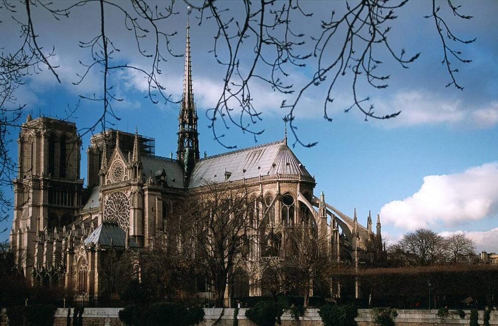 17) Священная архитектура: Один из самых прекрасных примеров французской готической архитектуры – собор Нотр-Дамм – привлекает 13 миллионов посетителей каждый год. Название Нотр-Дамм переводится с французского «наша богородица, богоматерь». (Stéphane Querbes/Paris Tourist Office)