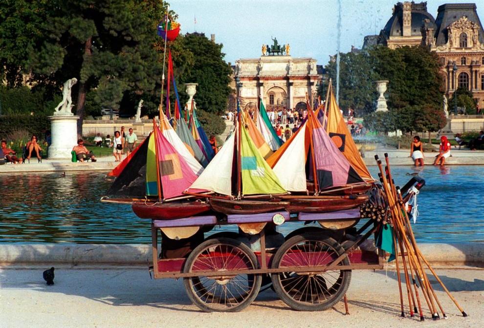 14) Прозрачные сады: Сад Тюильри – центральный сад Парижа. Его фонтаны, скульптуры, кафе, сады, а также выгодная позиция сделали его одним из самых популярных мест среди туристов и местных жителей. (Amélie Dupont/Paris Tourist Offi)