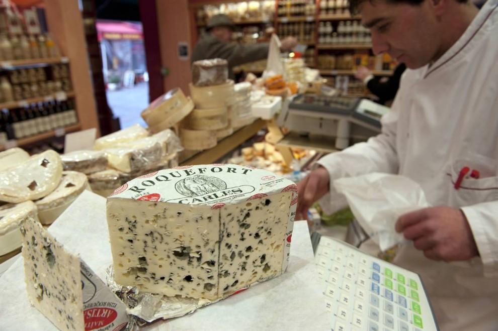 9) Парижский блюз: Кусочек известного французского голубого сыра Рокфор в парижском магазине. (Philippe Wojazer/Reuters)