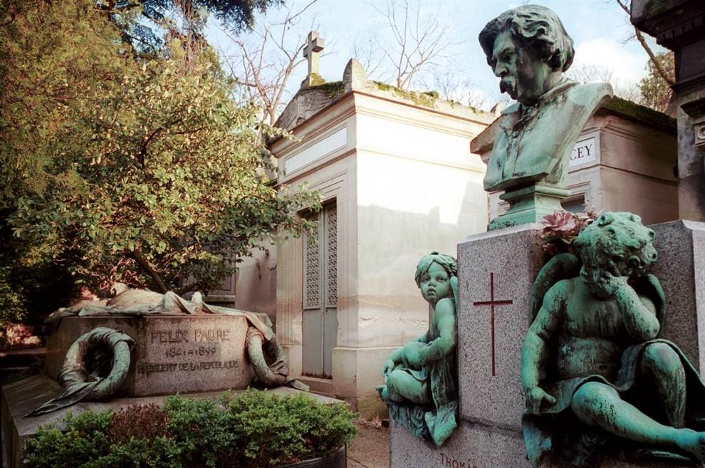 5) Величайший адрес Парижа: Кладбище Пер-Лашез (отца Лашез) в восточном конце города назван в честь иезуитского отца Лашеза, исповедника короля Луи XIV. Здесь похоронены многие известные люди, включая Мюссе, Шопена, Мольера, Оскара Уайлда, Делакруа, Бальзака, Джима Моррисона. (Amélie Dupont/Paris Tourist Office)