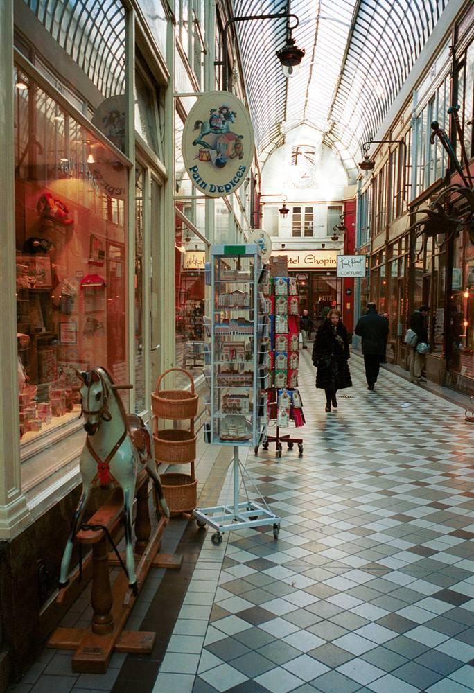 4) Рай для любителей шоппинга: Произведения местных художников, еда и прочие товары продаются в пассаже Жуфруа на бульваре Монмартр. Первоначально построенный для защиты пешеходов от грязи и карет, этот пассаж (торговая галерея) находится между Гранд-бульваром и Лувром. Amélie (Dupont/Paris Tourist Office)