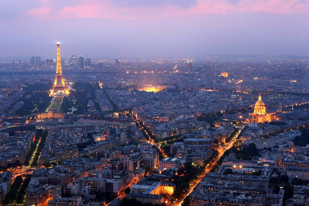 25) Молния настроения:  Эйфелева Башня и Дом Инвалидов (Hotel des Invalides) подсвечиваются в сумерках Парижа. (Mike Hewitt/Getty Images)