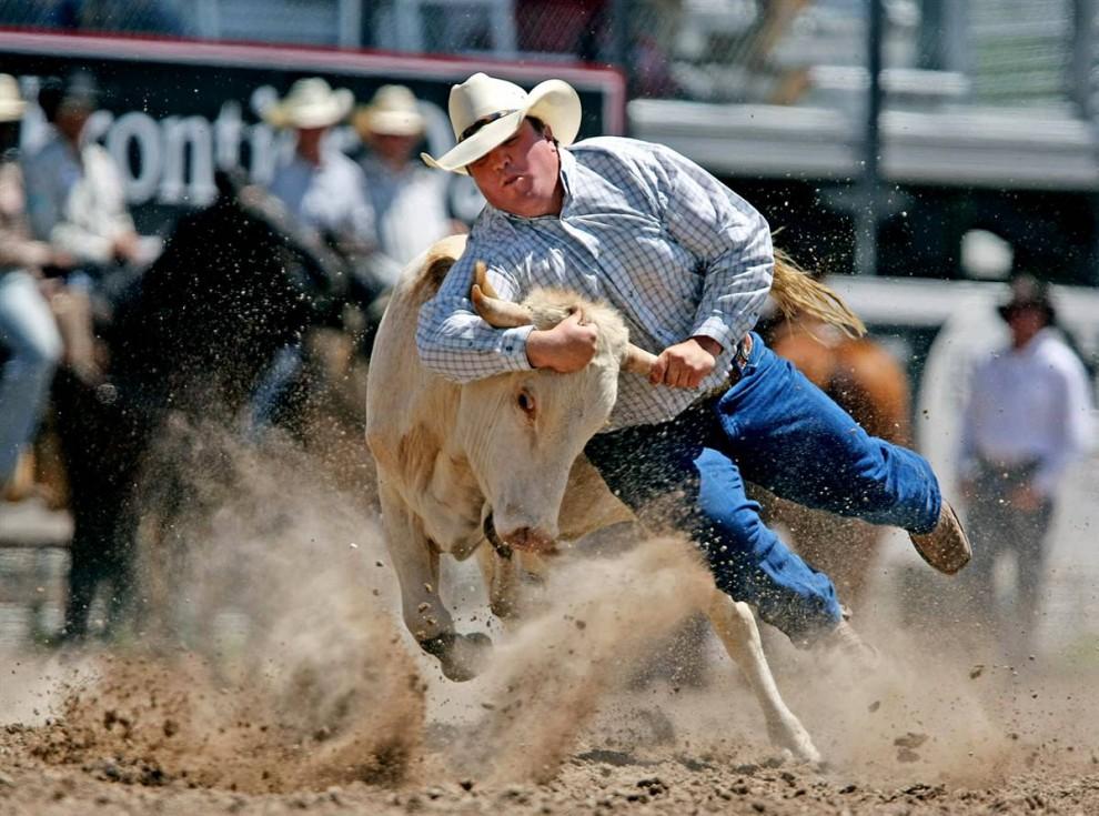 5) Строс Милан отрывается от земли во время родео «Cheyenne Frontier Days» в среду 22 июля 2009 года в парке Фронтиер, Шайенн, штат Вайоминг.