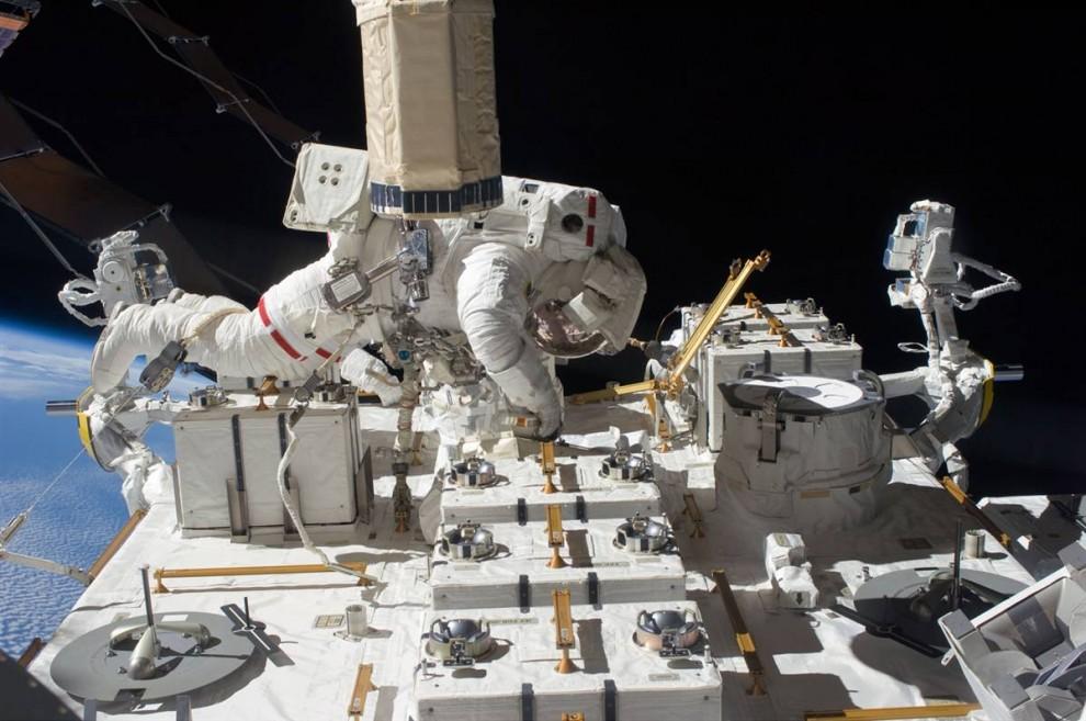 4. Астронавт шаттла «Endeavour» Том Маршберн работает на платформе международной космической станции во время полета в космос 27 июля. Команда корабля «Endeavour» устанавливает последний фрагмент японской орбитальной лаборатории во время своей 16-дневной миссии. 13 астронавтов и космонавтов собрались в комплексе станции, установив рекорд самого большого скопления людей в космосе. (NASA)