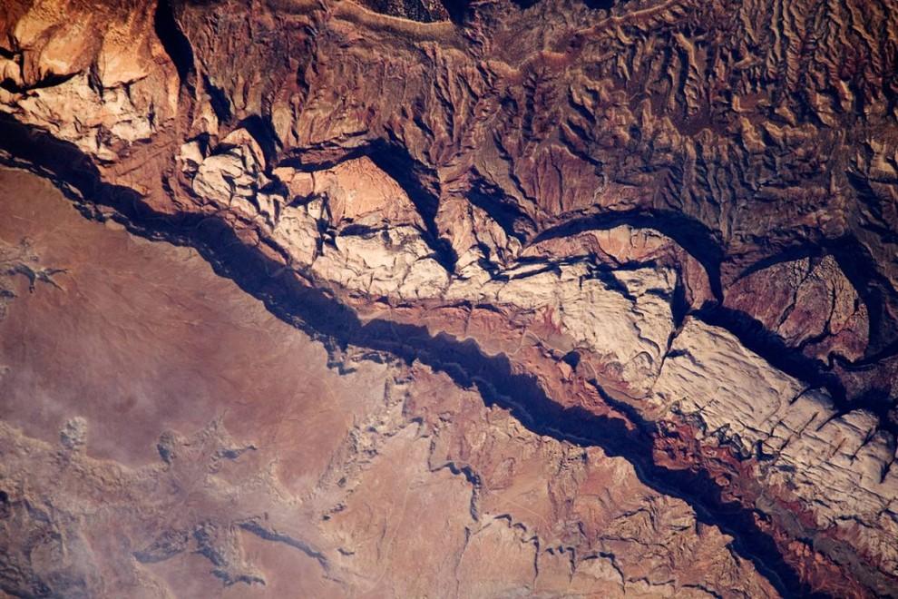 6. Снимок, сделанный 14 июня с международной космической станции, демонстрирует часть впадины Колорадского плато, известного под названием «Waterpocket Fold». Впадина представляет собой геологическое образование, состоящее из слоев осадочных пород с пологим односторонним изгибом, похожим на ковровую дорожку на ступеньках. (NASA)