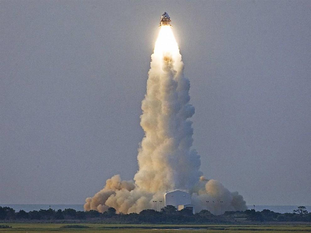 10 Модуль NASA Max Launch Abort System (MLAS) поднимается на колонне пламени и облаков 8 июля во время пробного запуска в космическом агентстве Wallops Flight Facility в Вирджинии. MLAS представляет собой альтернативный модуль, находящийся в стадии изучения, так как NASA продумывает все пути защиты будущих астронавтов в экстренных ситуациях при запуске. (NASA)
