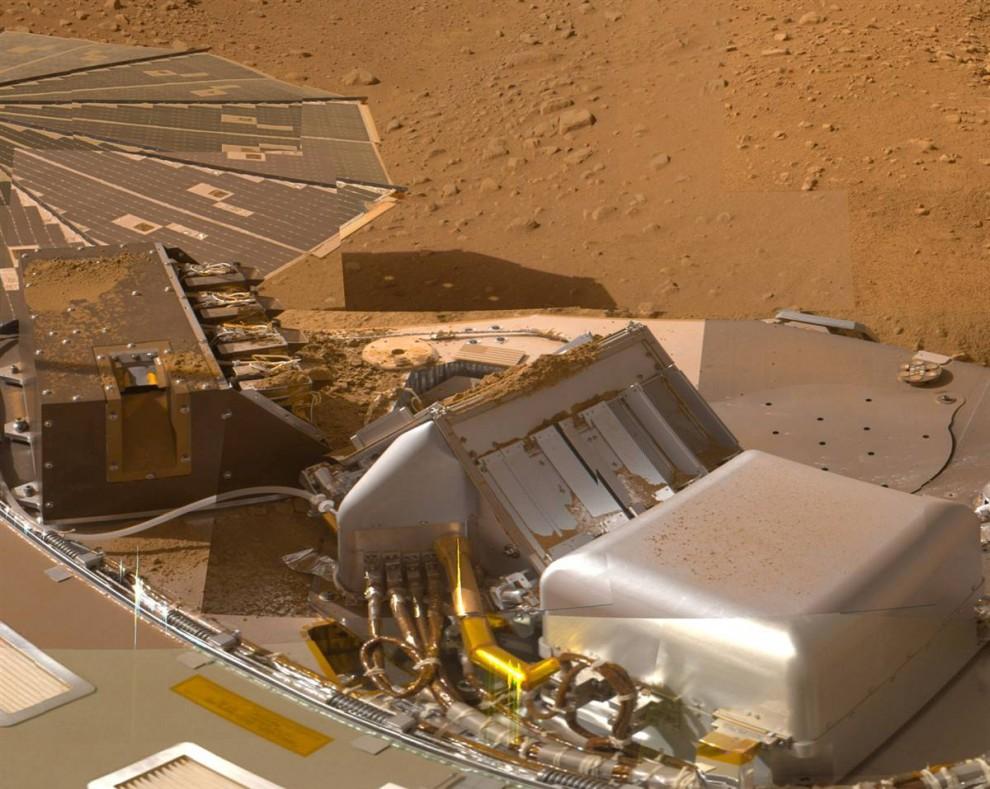 12. Как выглядит марсианская грязь: На этой мозаике снимков с оптической системы Surface Stereo Imager, установленной на модуле Phoenix, показана часть палубы космического корабля после того, как он доставил образцы марсианской почвы. Разные составляющие этого снимка (выполненного в приблизительно настоящем цвете) были сделаны в разные дни во время пятимесячной миссии модуля Phoenix в Марсианской Арктике. Снимок был отредактирован 2 июля. (NASA/JPL-Caltech/Univ. of Arizona)