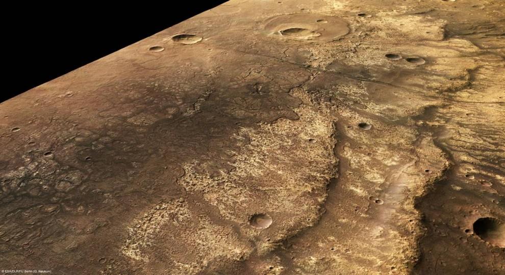 14. Этот снимок, сделанный со станции Европа и выпущенный 24 июля, показывает в перспективе один из крупнейших каньонов Красной Планеты. Каньон Ma'adim Vallis имеет кратеры, потоки лавы и тектонические особенности. Этот перспективных обзор был сделан с помощью данных стерео камеры высокого разрешения. (ESA/DLR/FU Berlin (G. Neukum)