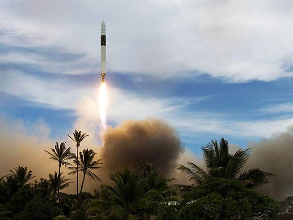 16. Ракета SpaceX Falcon 1 поднимается в воздух с острова в Тихом океане 14 июля, унося с собой в космос Малазийский спутник RazakSAT. Этот запуск стал первым успешным для компании SpaceX (Калифорния), которая смогла выгрузить на орбиту свой научный груз. Компания SpaceX была основана миллионером Элоном Маском для легкого доступа в космос. (SpaceX)