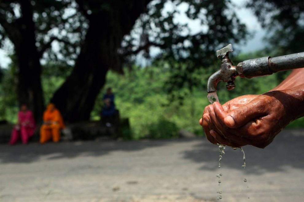 1) Один из 114 миллионов жителей северной Индии набирает воду в придорожной колонке в Амристаре 11 августа. В исследовании, опубликованном на этой неделе, приведены данные о том, что подземные воды в этом регионе за последние шесть лет сократилась на 41 кубический километр воды. Этого количества воды хватит, чтобы три раза заполнить озеро Мид, крупнейший искусственный водоем в США. (Altaf Qadri/AP)