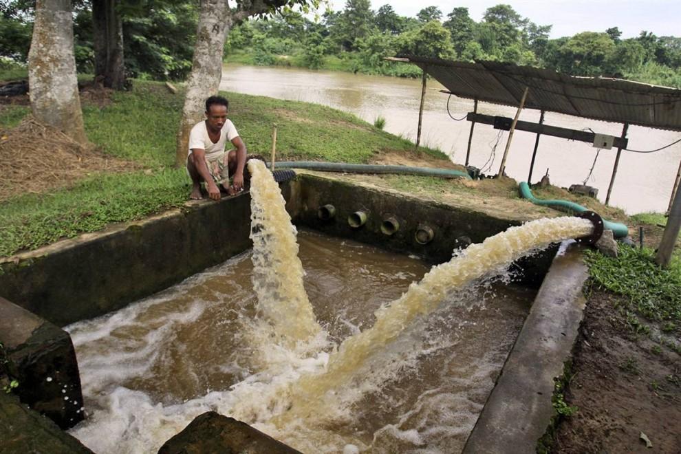 """6) Фермер в северной Индии закачивает воду в резервуар для последующего использования.  """"Этот регион стал зависеть от ирригации для максимизации производительности труда в сельском хозяйстве"""", заявил Мэтью Роделл, основной автор исследования о грунтовых водах. """"Если не будут приняты меры по обеспечению стабилизации использования подземных вод, то последствия этого для 114 миллионного населения этого региона могут означать крах сельскохозяйственного производства и острую нехватку питьевой воды"""". (Altaf Qadri/AP)"""