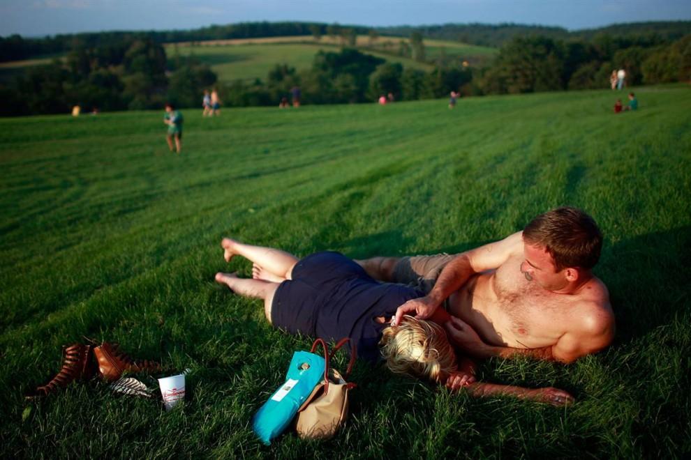 3) Шейн Грея и Бонни Бэ отдыхают во время концерта в честь 40-летия легендарного музыкального фестиваля в Вудстоке в субботу. (Mario Tama/Getty Images)