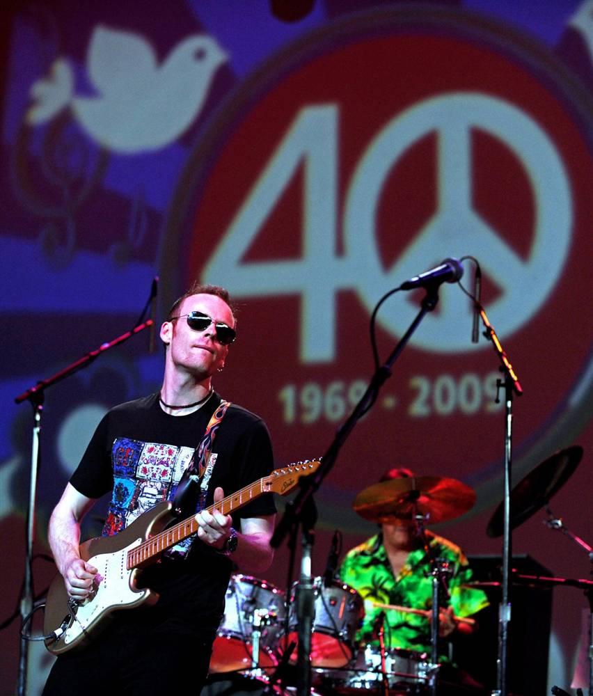 4) Рок-группа «Ten Years After» выступает на музыкальном фестивале «Bethel Woods» в Вефиле, недалеко от того места, где располагалась площадка фестиваля Вудсток 40 лет назад. (Peter Foley/EPA)