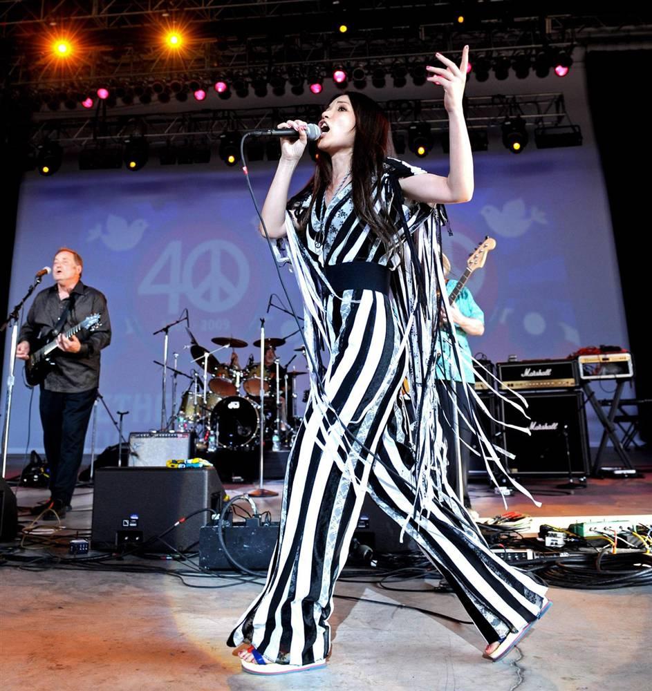 8) Джефферсон Старшип выступает в Вефиле на музыкальном фестивале в субботу. (Peter Foley/EPA)