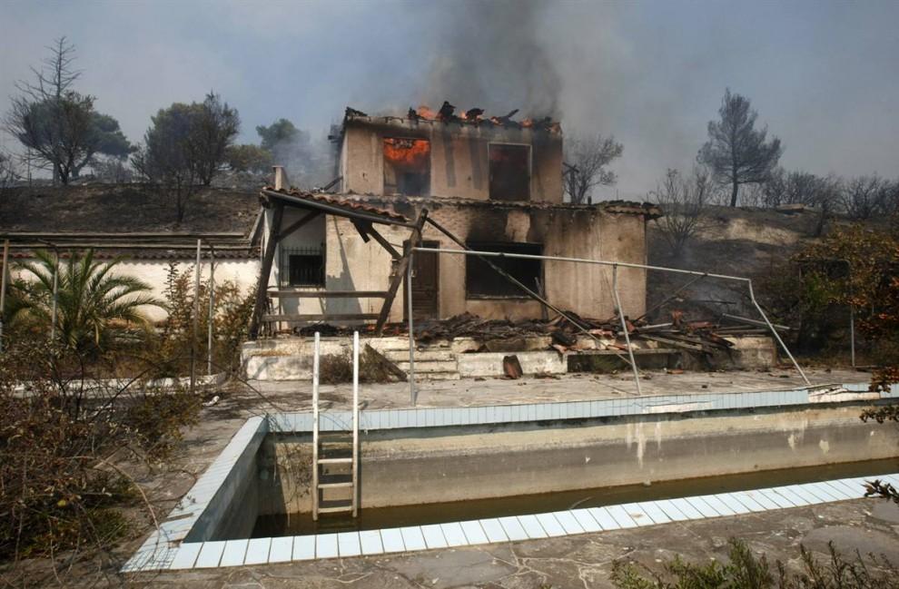20) Дом горит в деревне Варнава. (Yiorgos Karahalis/Reuters)