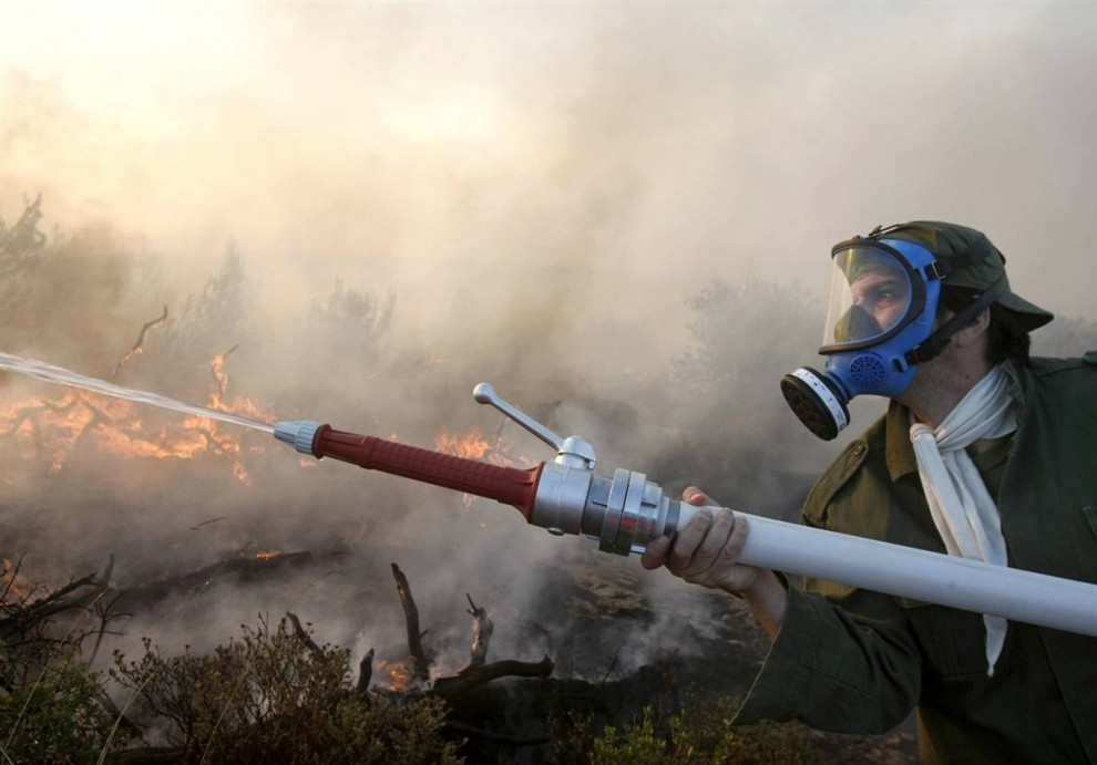 5) Доброволец тушит заросли кустарников в пригороде Педели к северу от Афин в воскресенье. (Yiorgos Karahalis/Reuters)