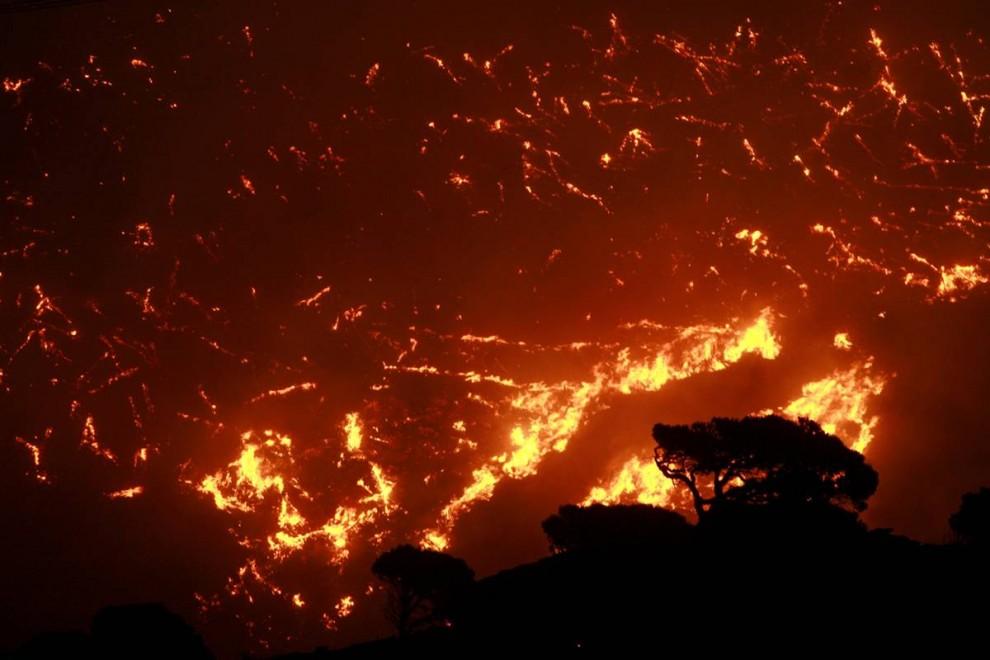7) Лесной пожар бушует в пригороде Нтрафи у горы Пентели в Афинах в воскресенье 23 августа. Сильнейший пожар вышел из-под контроля на окраинах Афин, Греция, в субботу, уничтожив несколько домов и тысячи акров леса. (John Kolesidis/Reuters)
