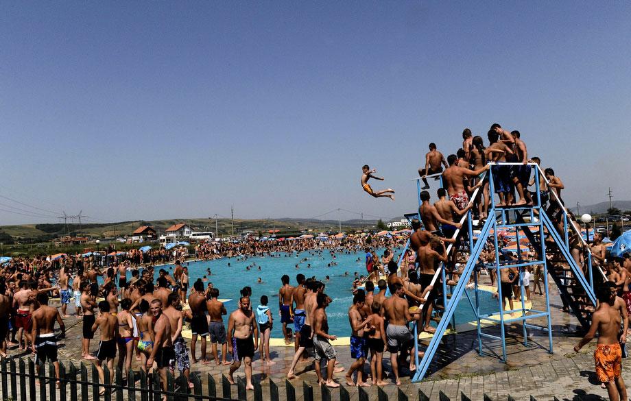 36) Молодежь спасается от зноя в бассейне в деревне Милосово, недалеко от сербского Косово, 25 июля 2009 года, в день, когда температура достигла отметки в 40 градусов Цельсия. (Armend Nimani/AFP/Getty Images)