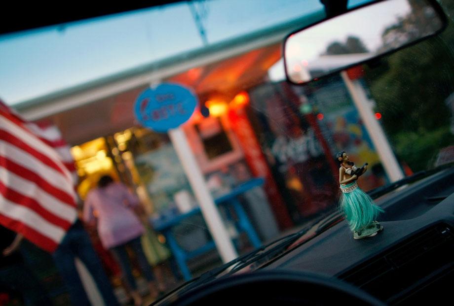 8) Гавайская танцовщица на приборной панели автомобиля, который стоит рядом с ресторанчиком «The Bite», где подают морепродукты, 7 августа 2009 года в Менемша, штат Массачусетс на острове Марта'с Вайнярд. (Photo by Win McNamee/Getty Images)