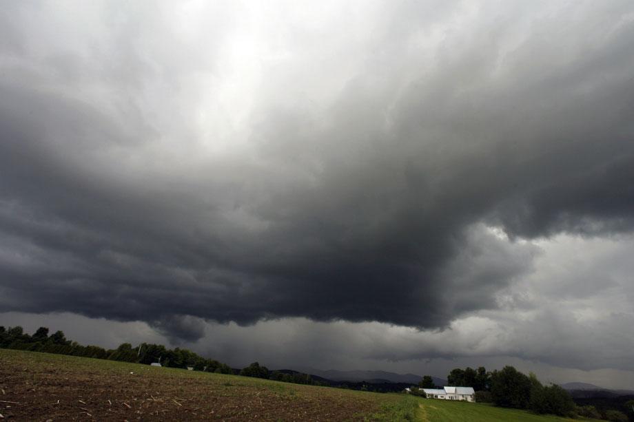 16) Грозовые облака над домом в Крафтсбери, штат Вермонт, в понедельник, 15 июня 2009. (AP Photo/Toby Talbot)