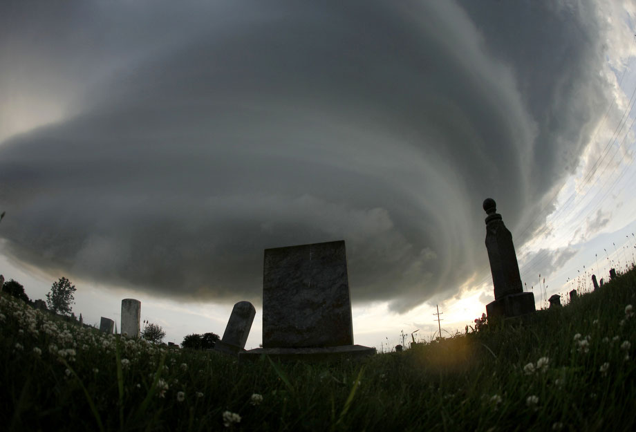 18) Надгробные камни сельского кладбища близ Веллесвилля, штат Канзас в субботу, 20 июня 2009. Недавно тут уже прошел небольшой торнадо, но ущерба не причинил. (AP Photo/Charlie Riedel)