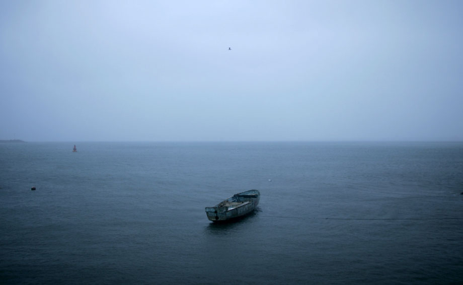 19) Лодка плывет в тумане, в то время как ураган «Андрес» приближается к тихоокеанскому курортному городу Мансанильо в Мексике во вторник, 23 июня 2009. На своем пути к юго-западной части побережья Мексики Андрес вызвал затопление домов, выворачивал деревья с корнем. От его последствий погиб, по крайней мере, один человек. (AP Photo/Miguel Tovar)