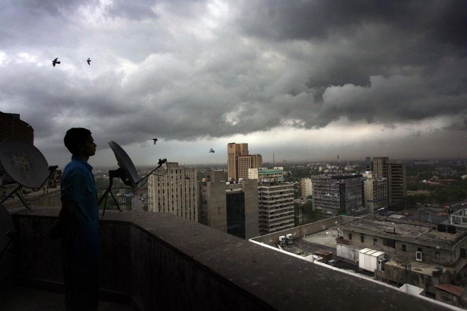 23) Предмуссонные облака над Нью-Дели, во вторник, 30 июня 2009. (AP Photo/Manish Swarup)