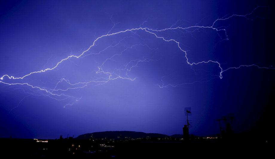 24) Молния над испанским городом Сан-Себастьян, в воскресенье, 24 мая 2009 года, в день, когда в нескольких районах Испании прошли грозы. (AP Photo/EFE, Javier Etxezarreta)