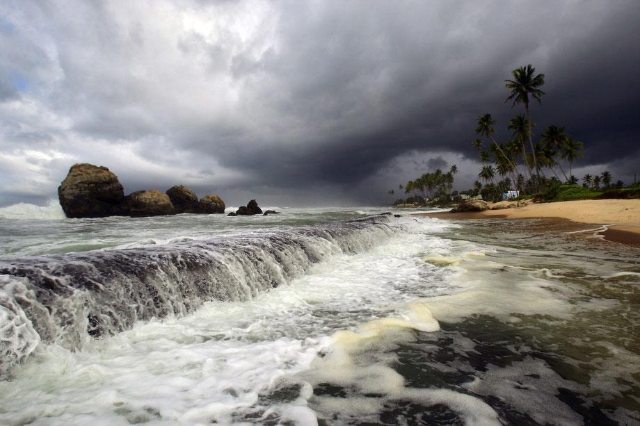 40) Мусонные облака в небо над пляжем к югу от Галле не Шри-Ланке, 9 июля 2009. (AP Photo/Gurinder Osan)