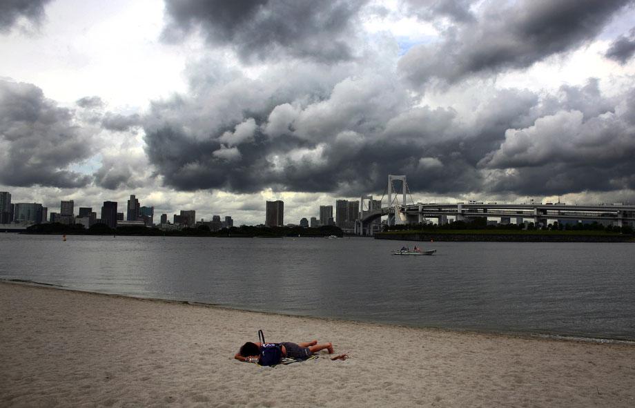 28) Одинокий человек загорает на пляже в Токио, 29 июля 2009. (AP Photo/Junji Kurokawa)