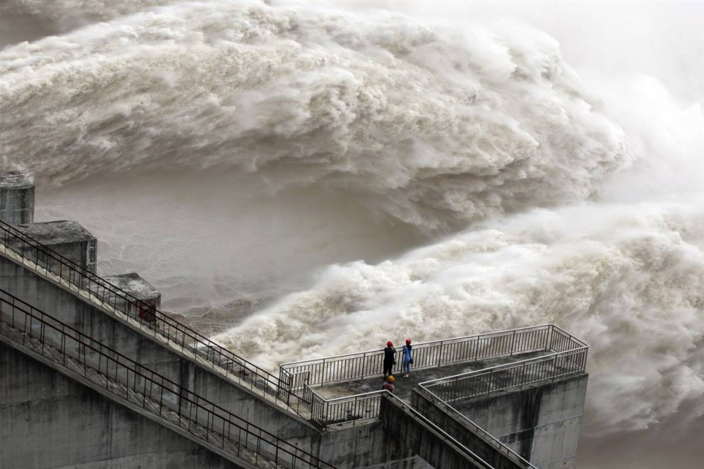 """3) Плотина """"Три ущелья"""" во время сброса воды для понижения уровня водохранилища в китайской провинции Хубэй. (China Daily/Reuters)"""