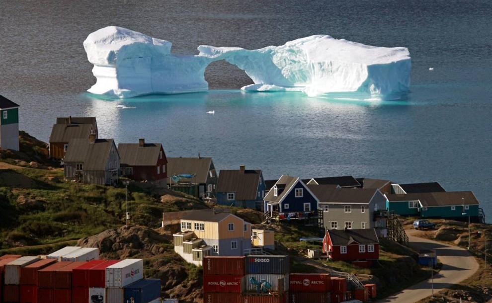 6) Айсберг плавает в порту города Кулусук, на востоке Гренландии. Снимок сделан 1 августа. (Bob Strong/Reuters)