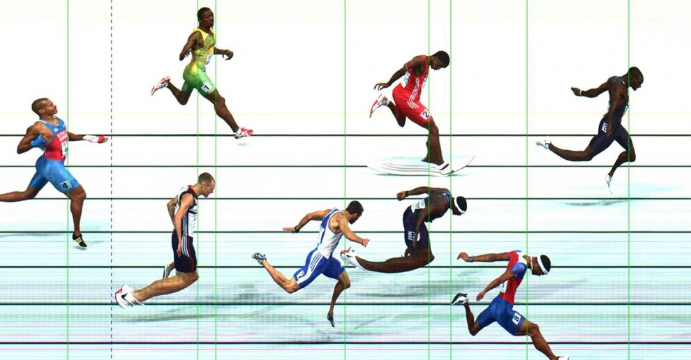 2) Официальная фотография, на которой можно видеть, как спортсмен из США Керрон Климент (справа), первым пересекает финишную линию во время забега среди мужчин на 400 метров на Чемпионате мира по легкой атлетике в Берлине 18 августа 2009. (Seiko via Reuters)