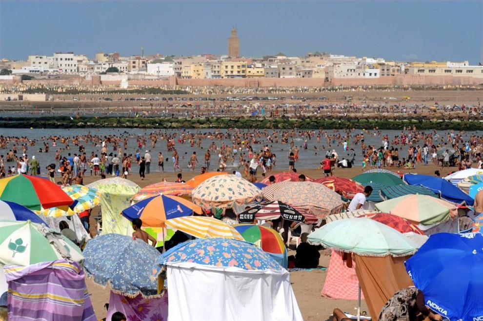 8) Марокканцы отдыхают на пляже в Рабате 16 августа, за несколько дней до начала священного для мусульман месяца Рамадан. (Abdelhak Senna/AFP - Getty Images)