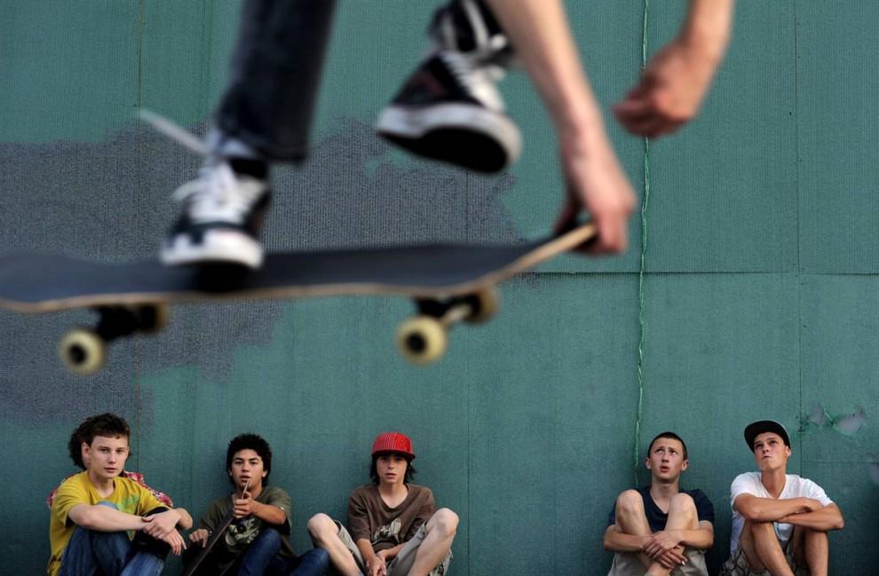 10) Русские скейтбордеры наблюдают за своим другом, совершающим трюк, в центре Москвы 14 августа. Скейтбординг и роликовые коньки популярны здесь среди молодежи во время недолгого русского лета. (Natalia Kolesnikova/AFP - Getty Images)