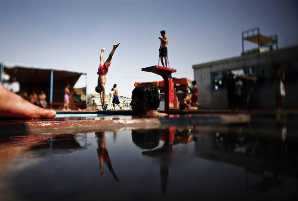 11) Подростки спасаются от зноя в бассейн 15 августа в афганской столице. (Dima Gavrysh/AP)