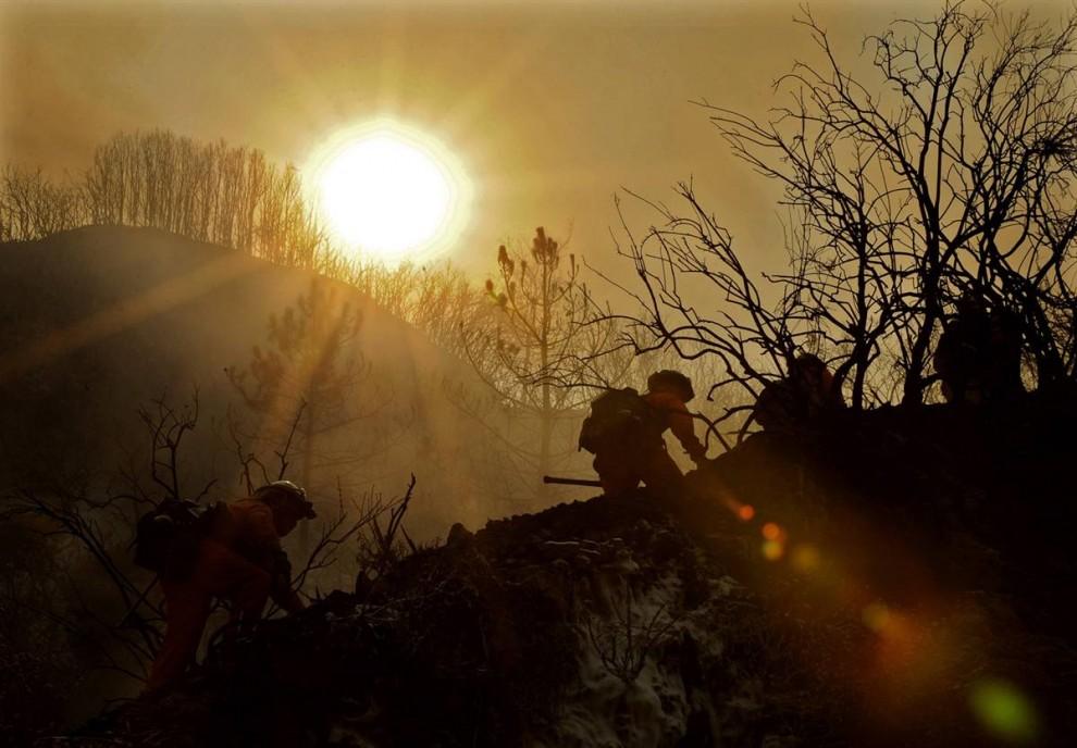 1. Пожарные взбираются по горному хребту во время лесного пожара 26 августа в Национальном лесу Анжелес, южная Калифорния. Огонь продвинулся на несколько миль к северу от сообщества Ла Канада Флинтридж. (Mark J. Terrill / AP)