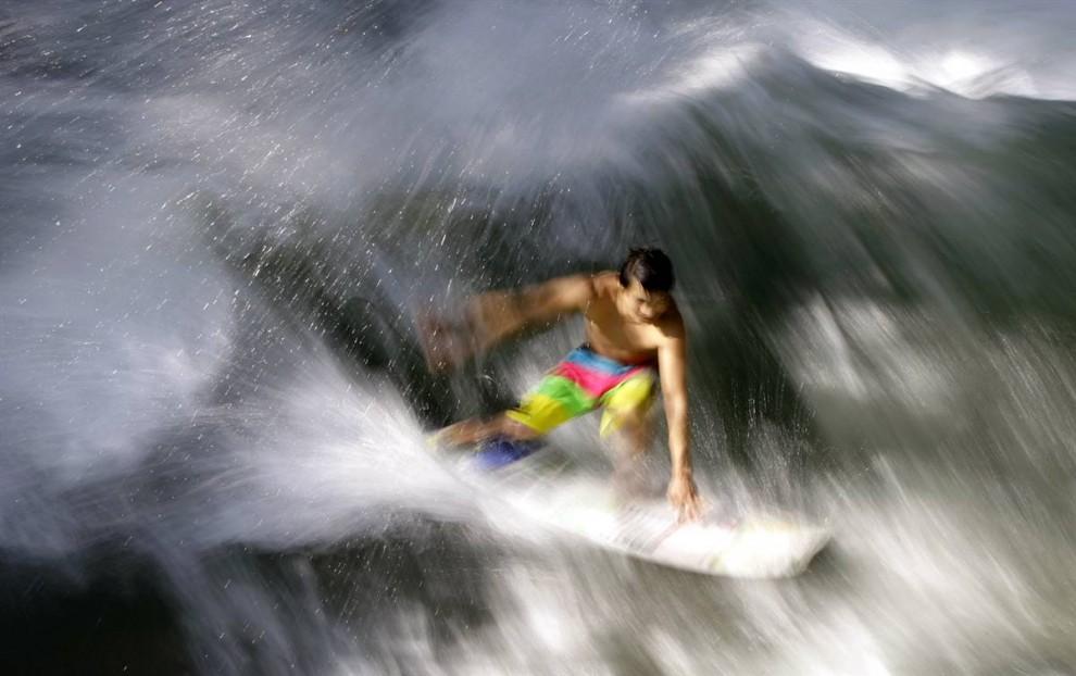 9. Молодой человек на реке в Английском Саду в центре Мюнхена 20 августа. (Michaela Rehle / Reuters)