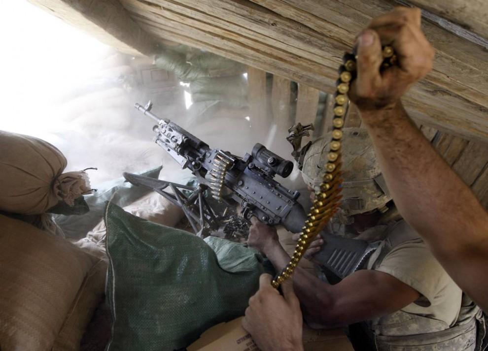 10. Американский солдат из кавалерии 3-71 стреляет из автомата во время перестрелки с боевиками из организации «Талибан» в деревне Баргематал в афганской провинции Нуристан, 25 августа. (Oleg Popov / Reuters)