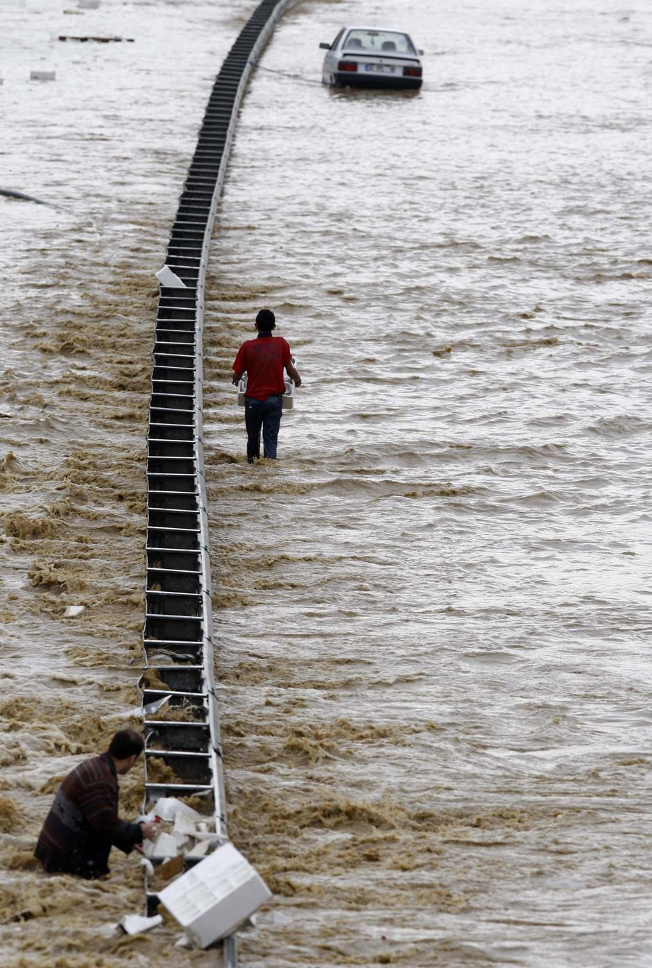 1) Люди на затопленной дороге в Стамбуле.