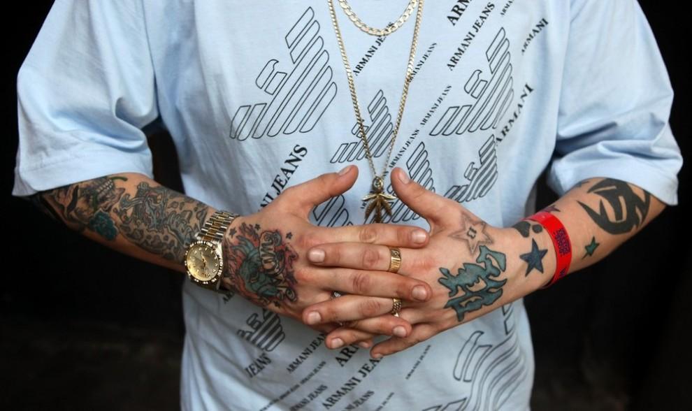 11) Посетитель пятого лондонского фестиваля тату демонстрирует свои татуированные руки. (Photo by Oli Scarff/Getty Images)
