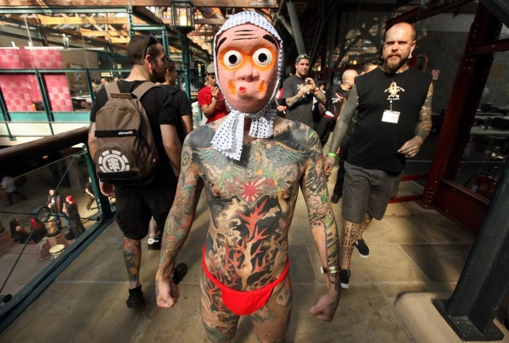 4) Фанат татуировок по прозвищу Самон ('Samon') позирует фотографам во время открытия Лондонского Фестиваля Тату, 25 сентября в Табачном Доке. (Photo by Oli Scarff/Getty Images)