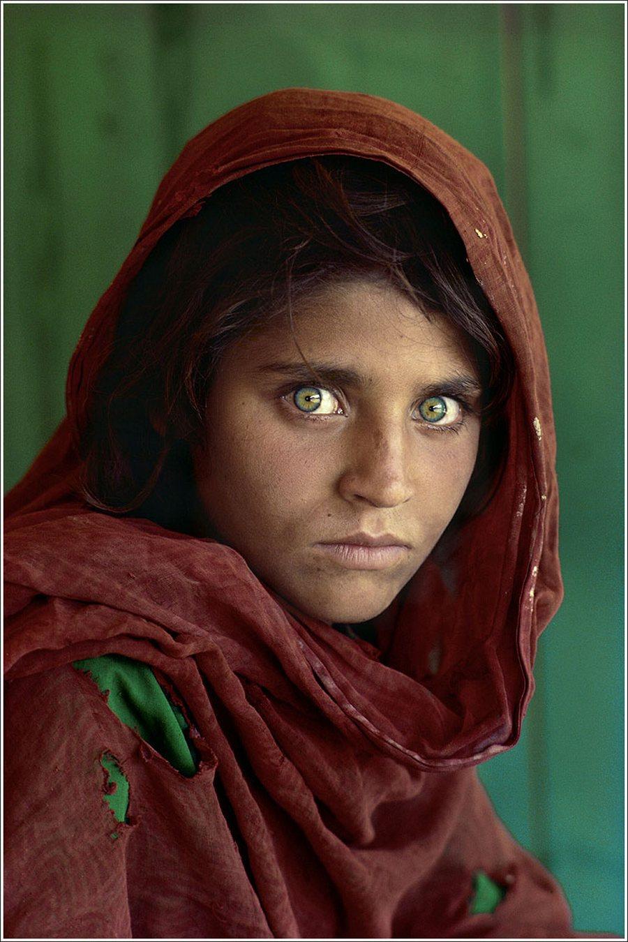 1) Афганская девочка. Это фото вошло в проект National Geographic «Зеленые глаза». Считается, что зеленые глаза, как генетическая особенность, появились во время монголов, правления Чингисхана. На фотографии запечатлена Шарбат Гула. Дата: 1985. Фотограф: Steve McCurry, National Geographic.